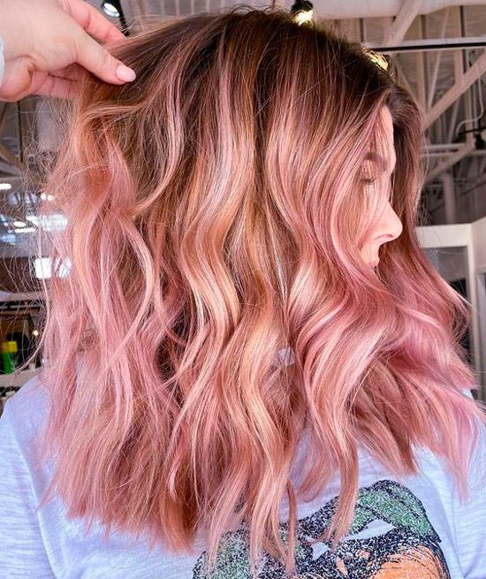 Девушка с розовыми волосами с пляжными волнами
