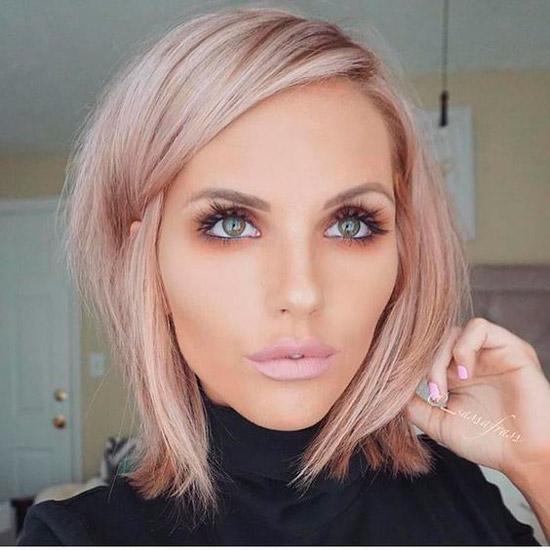 Девушка с розовыми волосами со стрижкой боб на одну сторону