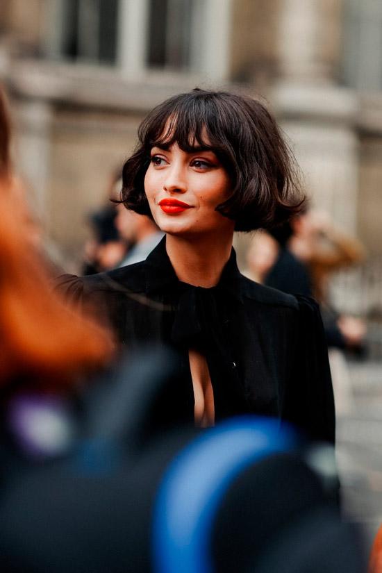 Девушка со стрижкой боб с челкой на темных натуральных волосах
