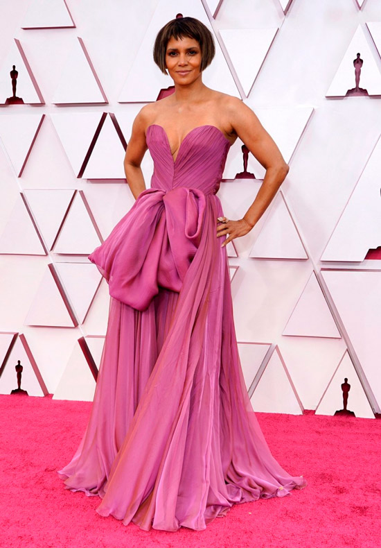 Хэлли Берри в воздушном фиолетовом платье в пол с открытыми плечами и руками