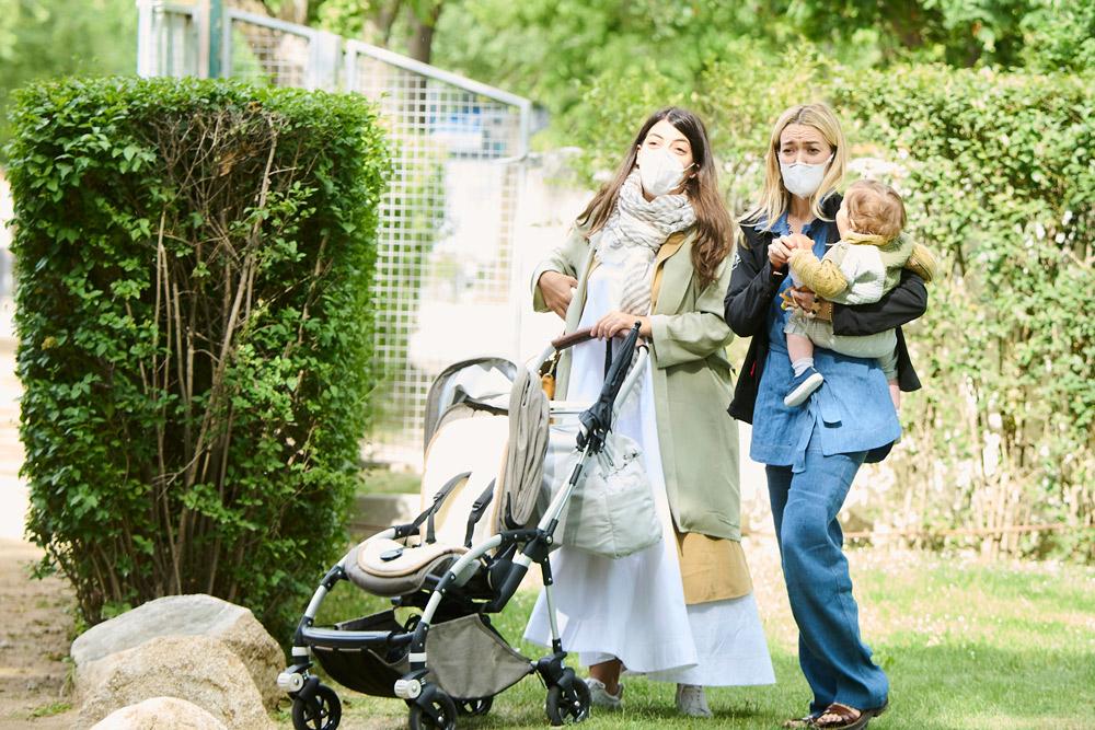 Марта Ортега гуляет с дочкой