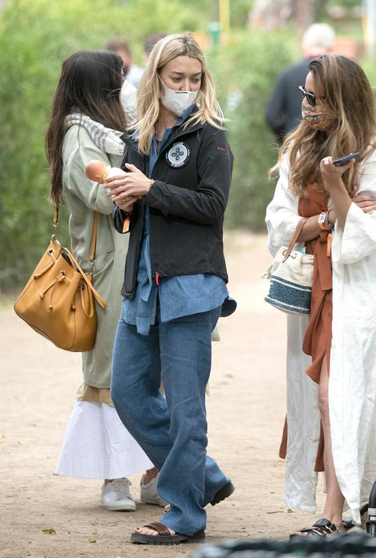 Марта Ортега в джинсовой рубашке и сандалиях