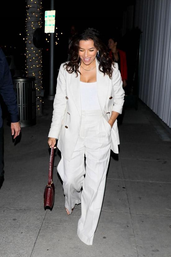 Ева Лонгория в белом костюме