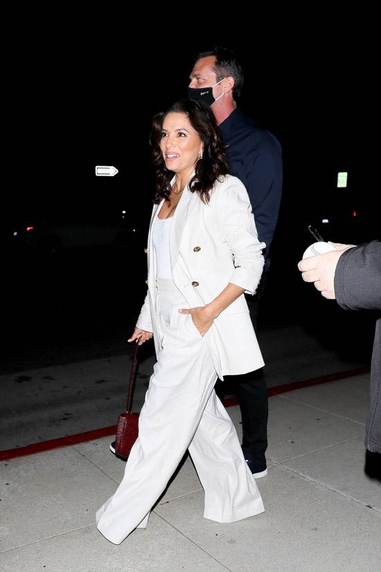 Ева Лонгория в широких белых брюках