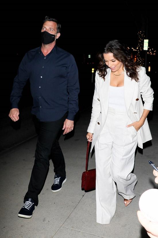 Ева Лонгория в белом пиджаке и с бордовой сумочкой