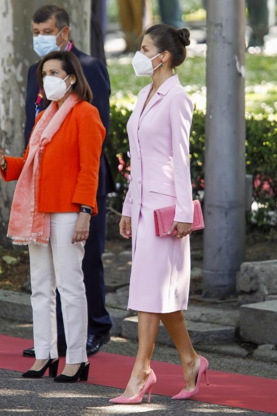 Королева Летиция в розовом фраке и лодочках