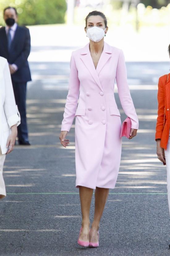 Королева Летиция в розовом фраке