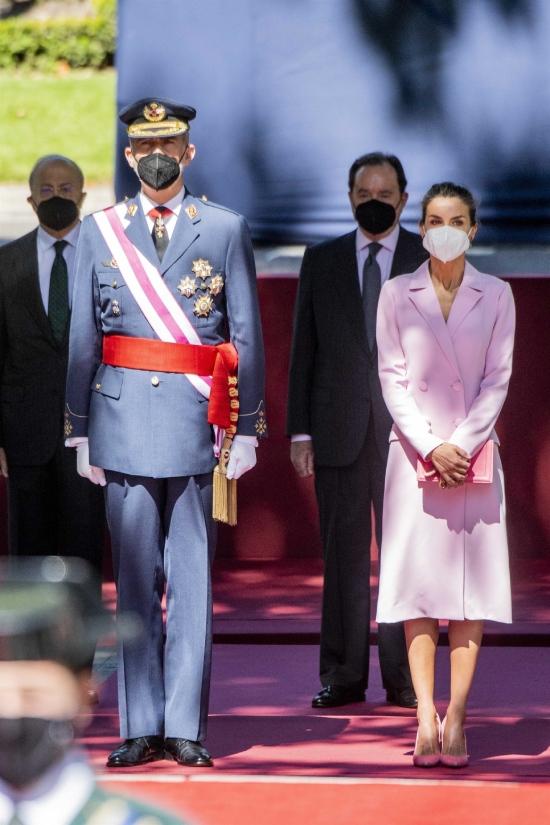 Королева Летиция в розовом фраке на параде в Мадриде