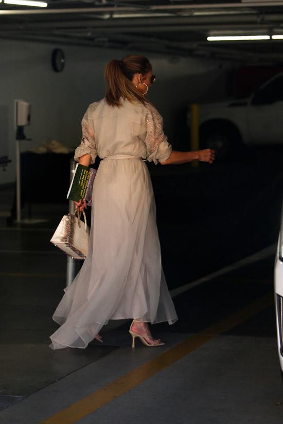 Дженнифер Лопес в длинном бежевом платье