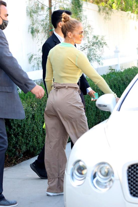 Дженнифер Лопес в летних брюках и кроссовках