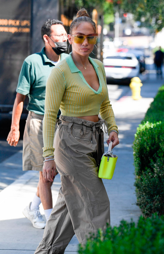 Дженнифер Лопес в зеленом топе и брюках