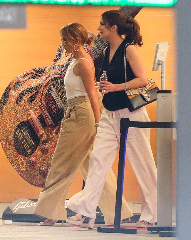 Дженнифер Лопес в широких бежевых брюках