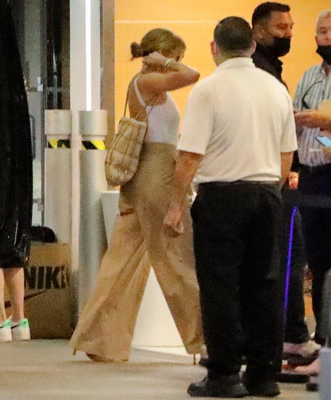 Дженнифер Лопес в брюках и топе