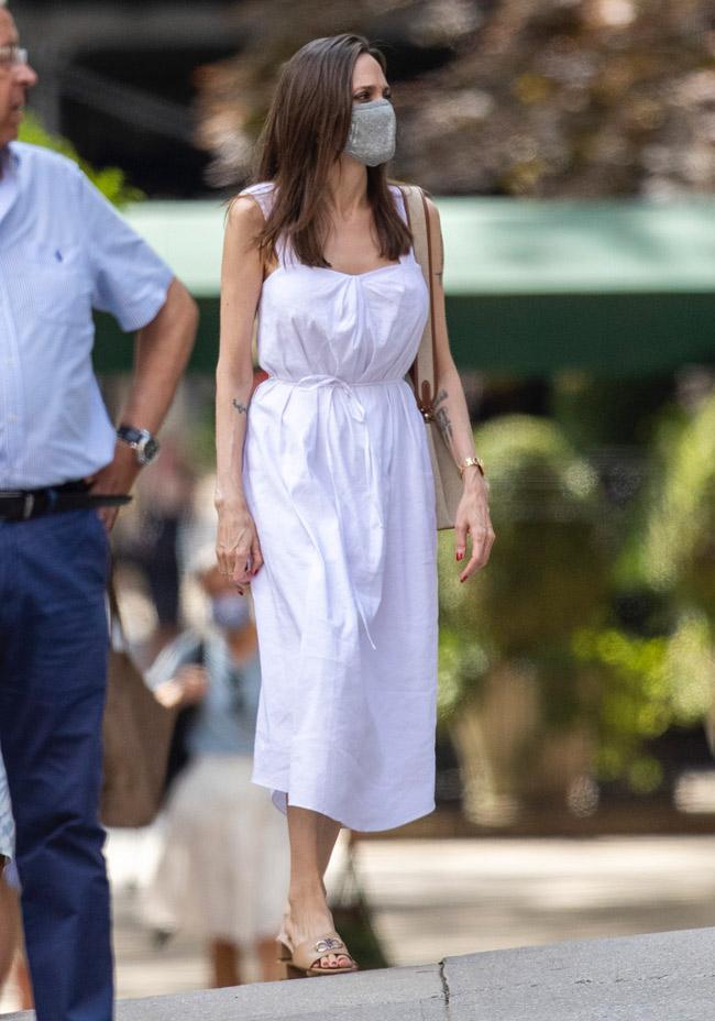 Анджелина Джоли в любимой обуви и белом платье