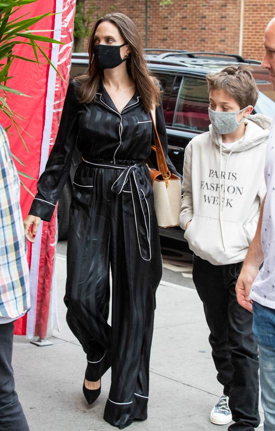 Анджелина Джоли в комбинезоне и лодочках