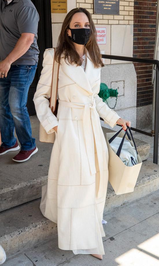 Анджелина Джоли в белом пальто халате