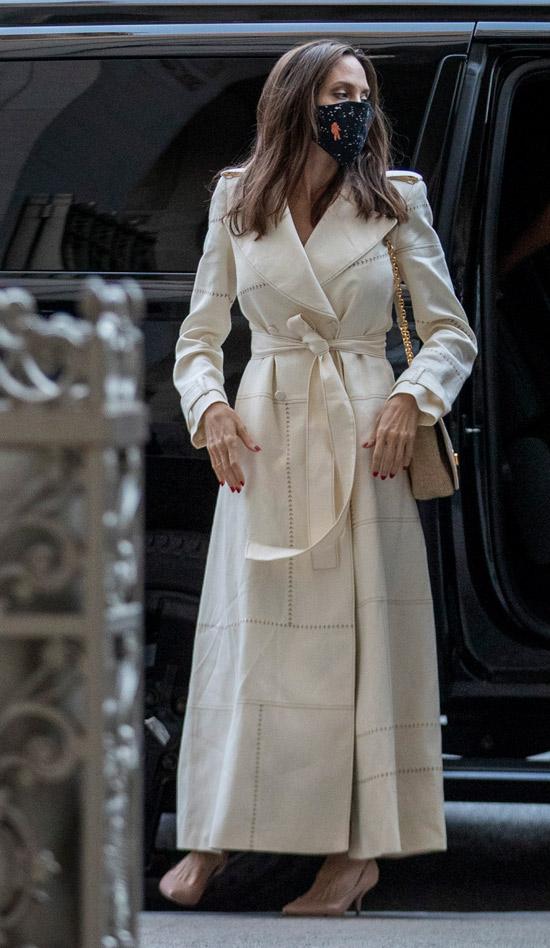 Анджелина Джоли в пальто и кремовых лодочках