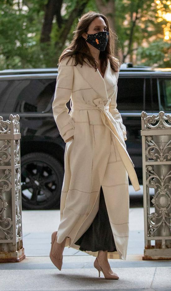 Анджелина Джоли покидает встречу в ООН