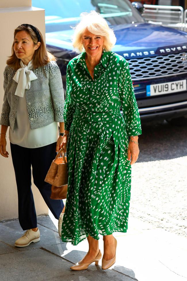 Герцогиня Камилла в зеленом платье в горошек