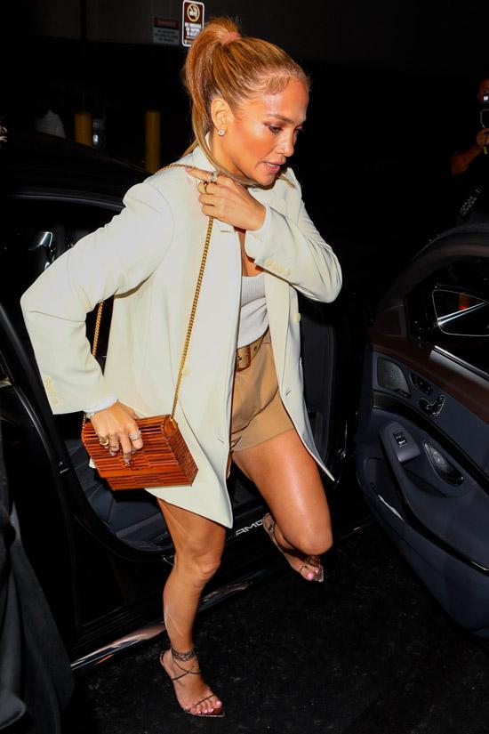Дженнифер Лопес в шортах и блейзере