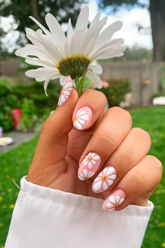 Милый маникюр с ромашками на овальных ногтях