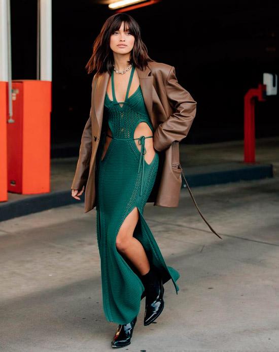 Модель в необычном зеленом платье, кожаная куртка оверсайз и лаковые ботильоны