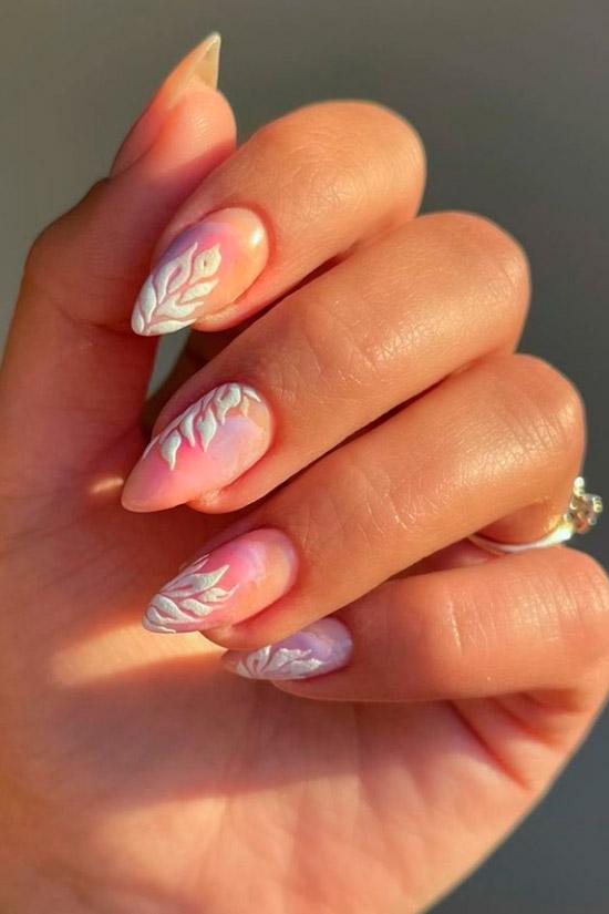 Нежный пастельный маникюр с белым принтом на острых ногтях средней длины