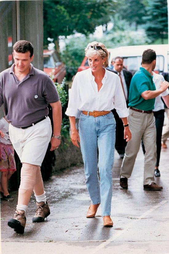 Принцесса Диана в голубых джинсах с ремнем, простая белая блузка и бежевые мокасины