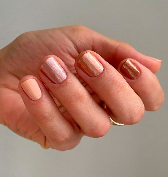 Простой золотой маникюр на коротких ногтях