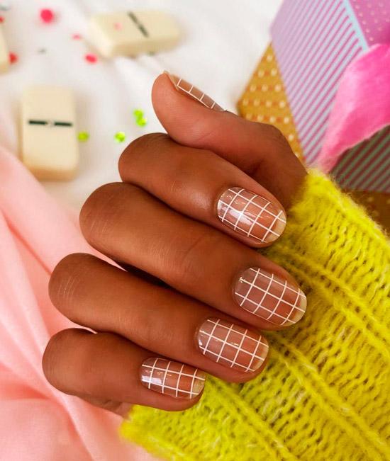 Прозрачный маникюр в белую клетку на коротких ногтях