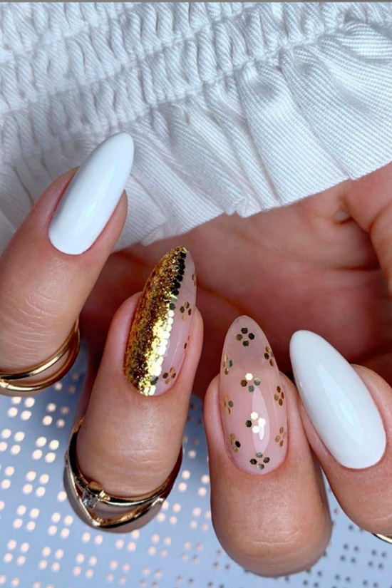 Шикарный белый маникюр с золотыми блестками на овальных ногтях