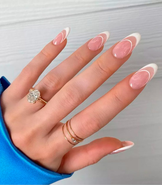Ухоженный белый френч на длинных овальных ногтях