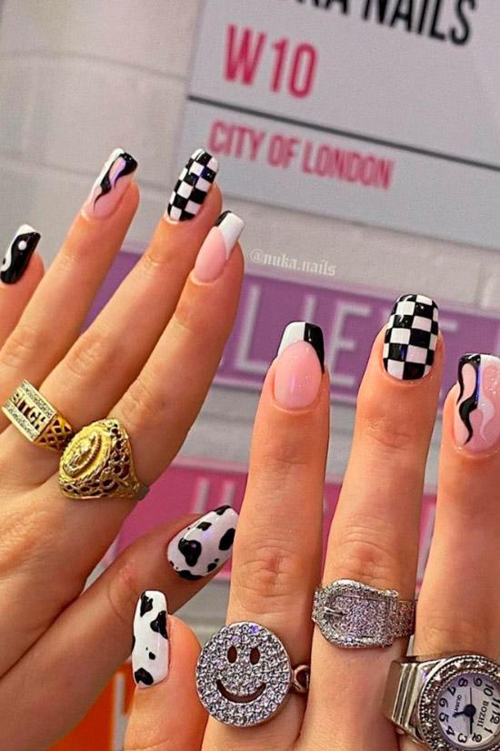 Забавный черно белый маникюр на ногтях средней длины