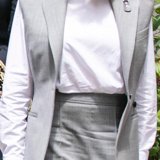 Брижит Макрон в мятой белой блузе