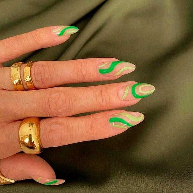 Маникюр с салатно зелеными линиями