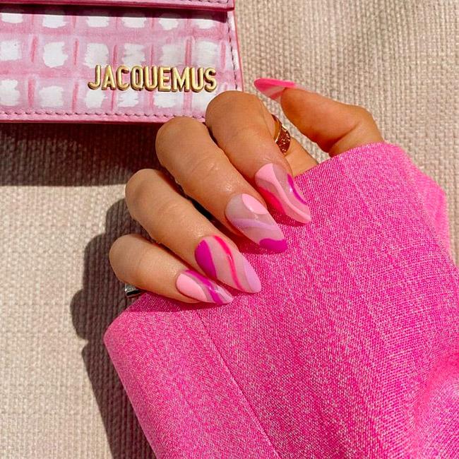 Розовый маникюр в стиле хиппи