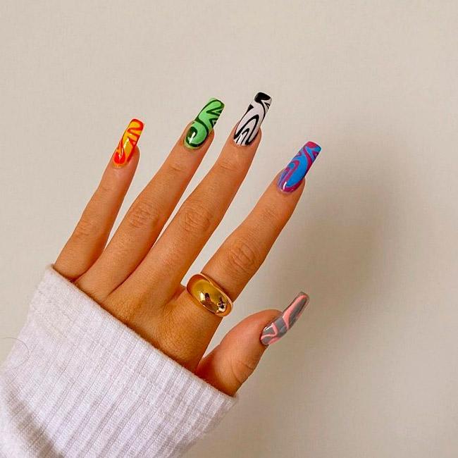 Разноцветный маникюр в стиле хиппи