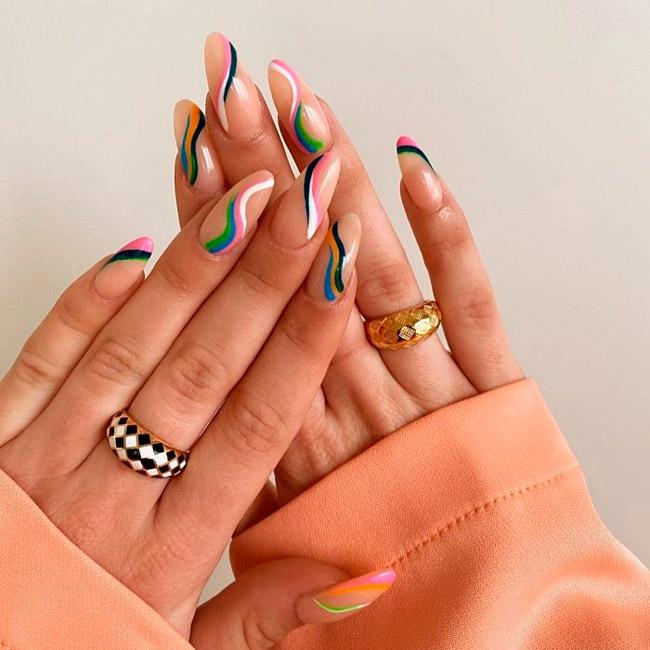 Маникюр с разноцветными линиями