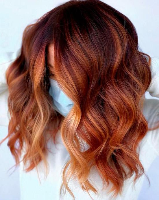 Волнистые волосы медного оттенка