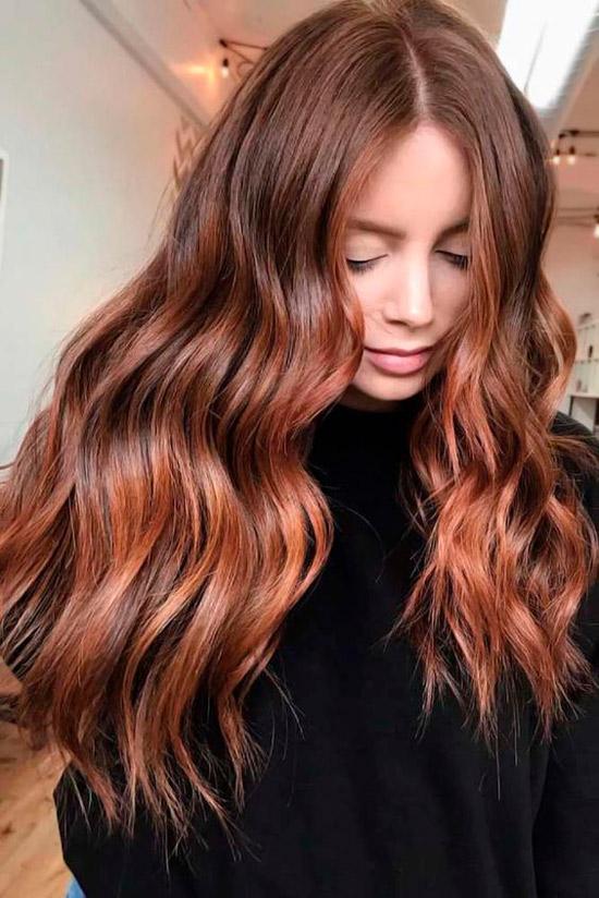 Длинные волосы медного оттенка