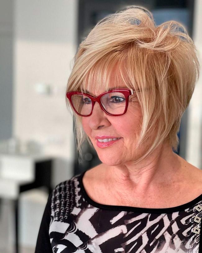 Короткая прическа для женщин в очках