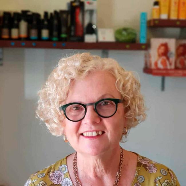 Стрижка для пожилых женщин с вьющимися волосами