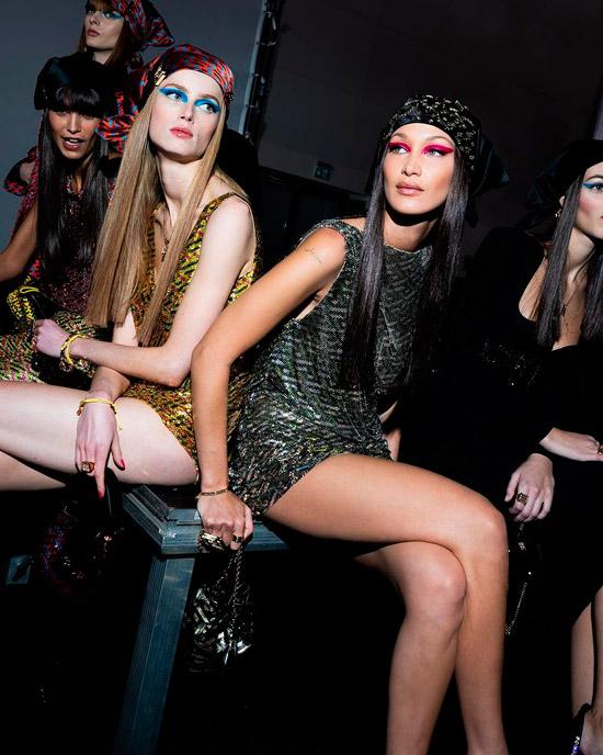 Белла Хадид с гладкими темными волосами с черным платком на голове