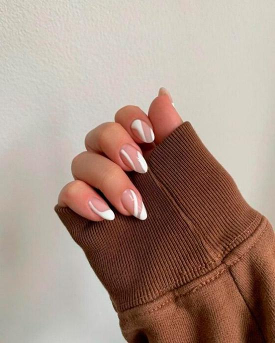 Белые линии на овальных ногтях средней длины