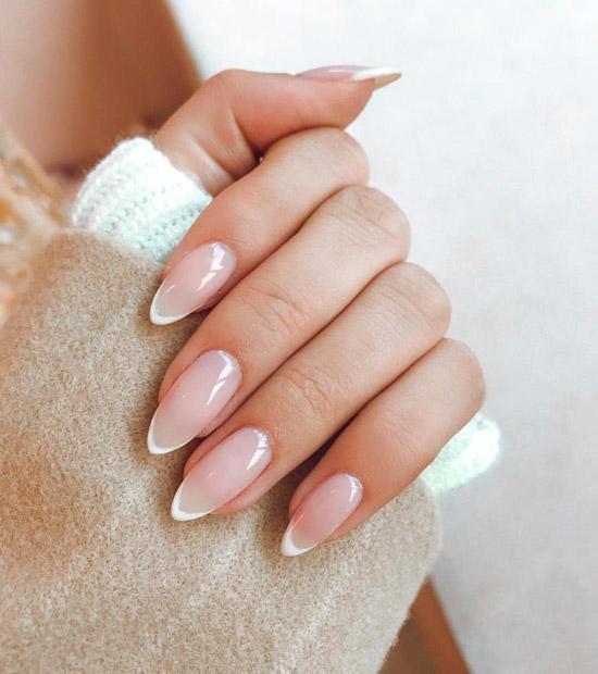 Белый френч на длинных ухоженных ногтях