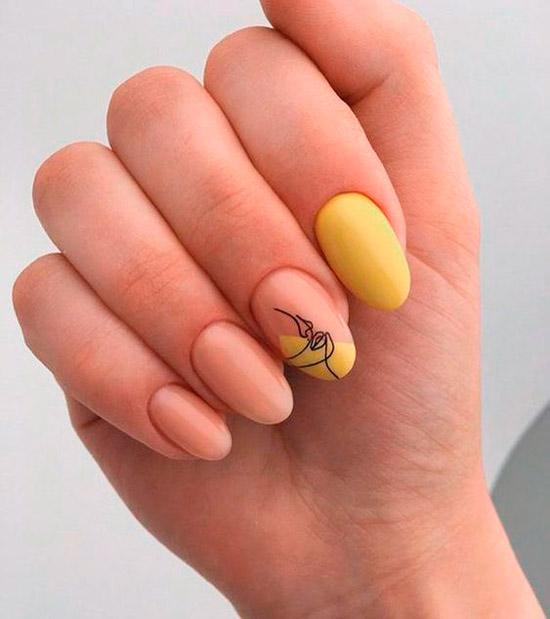 Бежево желтый маникюр с узором на овальных натуральных ногтях