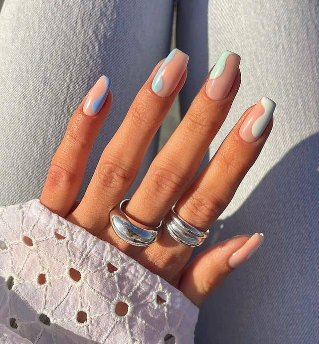 Бежевые квадратные ногти с голубыми завитками