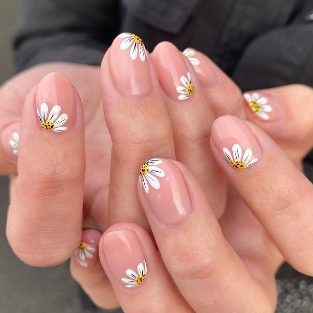 Бежевый френч с ромашками на коротких овальных ногтях