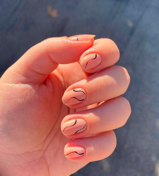 Бежевый маникюр с черными волнами на овальных ногтях средней длины