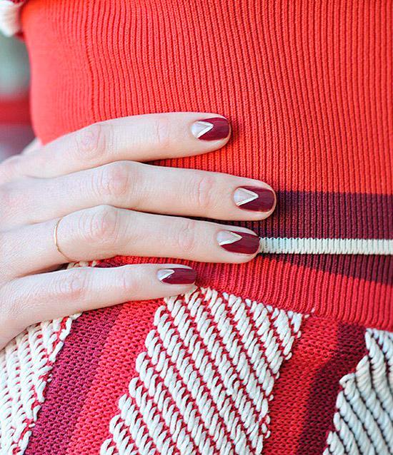Бордовый маникюр с треугольным простанством на коротких ногтях